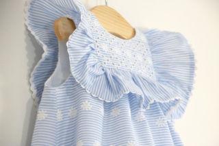 Este vestido es uno de esos que a las niñas les queda taaaaaannnnn bonitooooooo!!!!! Si queréis aprender a hacerlo vosotras mismas, os dejo el vídeo tutorial y los patrones gratis por aquí: https://www.ohmotherminediy.com/costura-vestido-de-rayas-bordado-para-ninas-patrones-gratis-hasta-talla-7-anos/