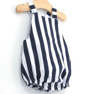 Pelele o ranita de rayas marineras!!! Todo un clásico que se sigue llevando :D Cómo hacer paso a paso y patrones gratis aquí 👉 https://www.ohmotherminediy.com/diy-coser-peto-marinero-para-bebe-patrones-gratis/